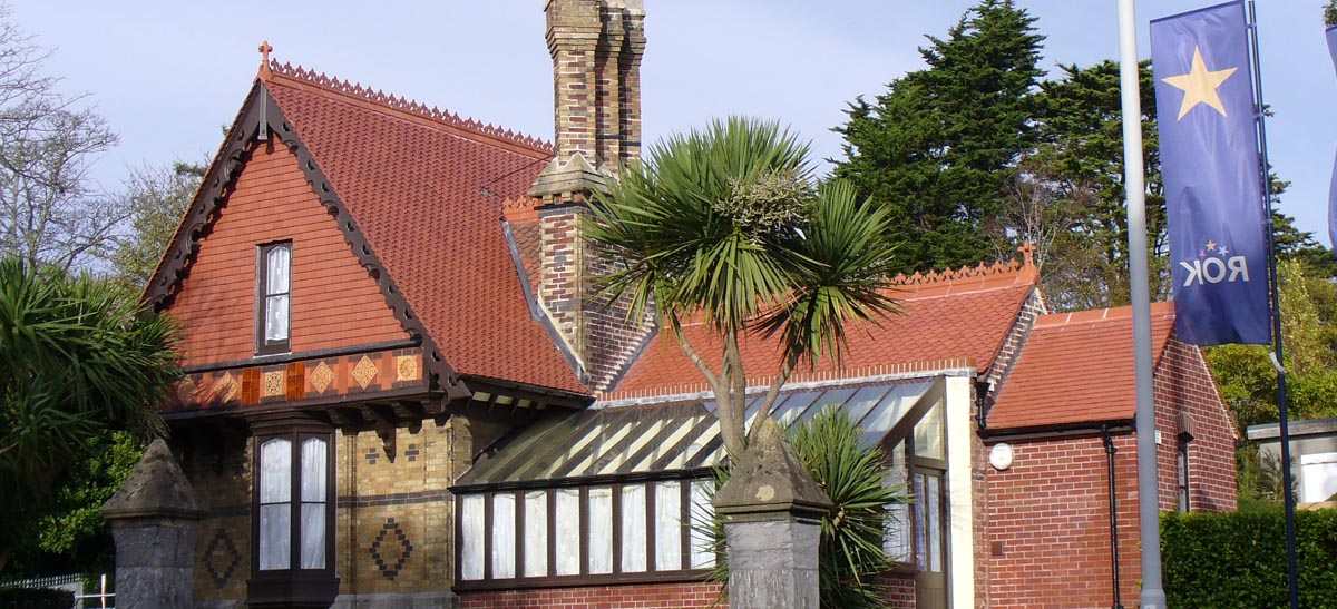 Red ornamental fishtails renovate a grade II listed lodge